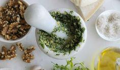 המדריך: איך להכין פסטו מושלם | The Kitchen Coach Mortar And Pestle, Ceramic Bowls, Palak Paneer, Pesto, Bbq, Vegan Recipes, Veggies, Baking, Ethnic Recipes