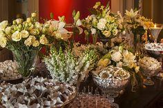 Para esta decoração de casamento em casa, Adriana Malouf apostou na combinação entrebranco e um tom mais escuro de verdepara a nave e, para a festa, adic