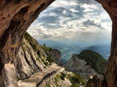 ヴェルフェンの氷の洞窟 「死ぬまでに入ってみたい世界の神秘的な洞窟15」 トリップアドバイザー