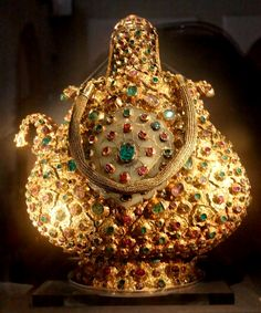 Jewels from the time of the Sultan Suleiman, Ottoman Empire Mughal Jewelry, Indian Jewelry, Antique Jewelry, Sultan Ottoman, Ottoman Turks, Royal Jewels, Crown Jewels, Ancient Jewelry, Ottoman Empire