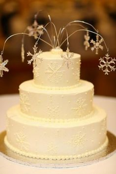 I love the subtle snowflakes on this cake!!