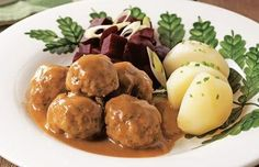 A meatball stew-Ragoût de boulettes Dumplings stew – Cooking recipes, tricks and tips – Canal Vie - Canadian Cuisine, Canadian Food, Canadian Culture, Canadian Recipes, Pork Recipes, Cooking Recipes, Recipies, Meatball Stew, Minced Meat Recipe