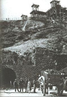 Les travaux de construction de la Basilique du Sacré-Coeur de Montmartre vers 1888, une vue prise se la place Saint-Pierre. Les Parisiens se demandaient à quoi allait ressembler cette construction...  (Paris 18ème)