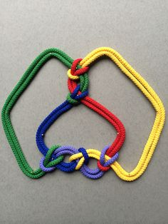 5-2 The second of two different mathematical knots with five crossings. Compared to 5-1, some of the crossings involve different colours even though the colours are used in the same order.