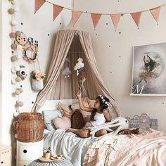 Mit diesem zauberhaften Bild der lieben Viktoria von @tthese_beautiful_thingss wünschen wir euch einen sonnigen Sommerabend! Macht es euch gemütlich und schaut mal bei unserem tollen Summer Sale rein -  Es lohnt sich!  #mädchenmama #oldrose #mädchen #lovely #pastel #colors #farben #wimpel #mädchenzimmer #berlin #kinderzimmer #dekoration #lights #lichterkette #bett #stringlights #love #rose #bedroom #zuhause #tuesday