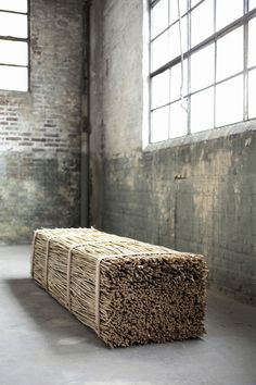 Minimalistic bench asiento paja mimbre cañas compresion atado