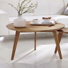 Zwei simple Tischchen sorgen für einen wohnlichen, skandinavischen ...