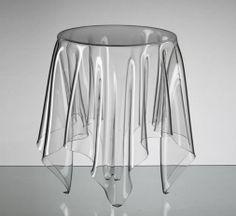 Hecha a mano en Alemania, la mesa transparente Illusion/Ilusión es una declaración intemporal de la belleza, la sencillez y la funcionalidad. Un punto de inflexión en el diseño basado en la calidad, la creatividad y la inventiva. Finge y fantasea la caída del mantel sobre una mesa redonda. Realzará el lugar donde la pongas.
