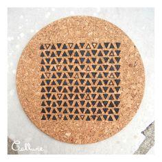 Dessous de plat rond liège pyrogravure triangles motif géométrique : Cuisine et service de table par callune