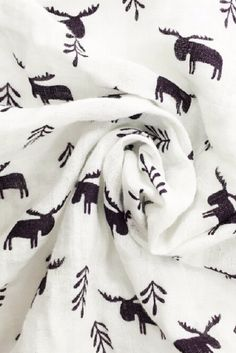 Muslin wraps with gorgeous prints. Stroller Cover, Stroller Blanket, Muslin Baby Blankets, Cheap Blankets, Muslin Fabric, Cotton Muslin, Black And White Baby, Cool Baby Stuff, Moose