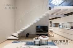 Scala a sbalzo con gradino in corian bianco New York Apartments, Spiral Staircase, Townhouse, My House, Architecture Design, Sweet Home, New Homes, Interior Design, Furniture