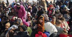 20150119 - Imagem divulgada pela agência de notícias síria Sana mostra centenas de sírios que foram retirados pelo Exército de zonas assediadas na região de Ghouta Oriental, nos arredores de Damasco. No domingo (18), pelo menos 2.112 pessoas, das quais cerca da metade eram menores de idade, saíram das áreas de Duma, Yobar, Al Shifuniye, Hosh al Fara, Hosh al Nasra e Hosh Dauahra. PICTURE: AP