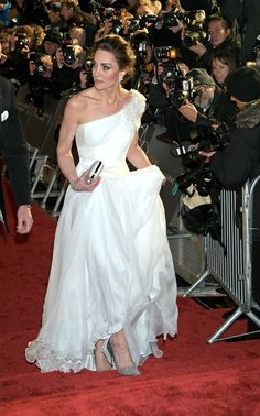Catherine Stuns in a One-Shoulder White Gown at the 2019 BAFTA Awards The Duchess of Cambridge stole the show when arriving at the annual EE British Aca. Looks Kate Middleton, Kate Middleton Prince William, Kate Middleton Shoes, Kate Middleton Wedding, Princesa Kate, Duke And Duchess, Duchess Of Cambridge, Vestidos Kate Middleton, Duchesse Kate