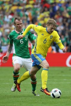 Ireland's midfielder Glenn Whelan (L) vies for the ball with Sweden's midfielder Emil Forsberg during the Euro 2016 group E football match between Ireland and Sweden at the Stade de France stadium in Saint-Denis, near Paris, on June 13, 2016. / AFP / KENZO TRIBOUILLARD