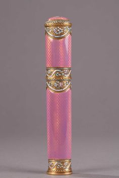 - Gold and pink enamel case for wax. End of the 18th century.