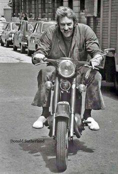 Todo Cine — Donald Sutherland on a Triumph. Donald Sutherland, Kiefer Sutherland, Triumph Motorcycles, Vintage Motorcycles, British Motorcycles, Moto Scooter, Vespa Motorbike, Motos Vintage, Moto Cafe