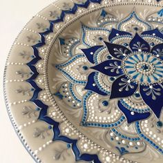 The power of the mandala, energies, meanings, colors and shapes - Painting Mandala Art, Mandala Painting, Mandala Pattern, Mandala Design, Dot Art Painting, Ceramic Painting, Stone Painting, Pottery Painting Ideas, Painted Plates