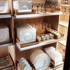 """""""Última tendência para os armários planejados da cozinha: porta pratos para gerenciar os espaços!"""""""