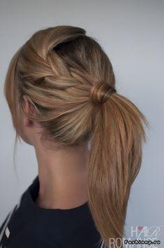 1.Для начала вам необходимо заплести обычную косу, немного выпустив из нее пряди. Закрепив конец косы невидимкой, присоедините ее к собранным в хвост волосам и закрепите резинкой. Оберните основание хвоста прядью волос, чтобы скрыть присутствие заколок.