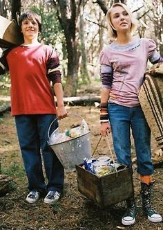 Josh Hutcherson and AnnaSophia Robb as Jess Aarons and Leslie Burke in Bridge to Terabithia. They're SO cute and wish that they showed jesslie in the end and les never died Brücke Nach Terabithia, Bridge To Terabithia 2007, Great Films, Good Movies, Amazing Movies, Movies Showing, Movies And Tv Shows, Movie Stars, Movie Tv