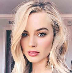 Margot Robbie hair and makeup inspiration Margot Robbie Hair, Margot Robbie Style, Actress Margot Robbie, Margot Robbie Harley Quinn, Oscar Hairstyles, Messy Hairstyles, Kj Apa Riverdale, Celine, Makeup For Blondes