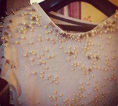 customização de camiseta com pérolas e spikes