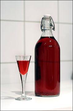 ripslikør Drinks Alcohol Recipes, Alcoholic Drinks, Beverages, Norwegian Food, Norwegian Recipes, Vodka Shots, Homemade Wine, Wine And Liquor, Schnapps