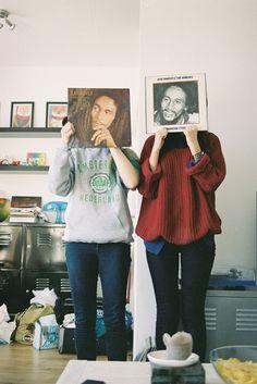 Gemaakt door: Ville-noir Gekozen omdat: Doordat deze twee mensen een  plaat van Bob Marley voor zich houden, lijkt het alsof dit hun eigen hoofd is.