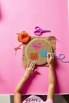 Sewing Gifts For Kids 3 Easy Projects ! Introduce kids to embroidery with these simple burlap-based projects for every skill level. - Introduce kids to embroidery with these simple burlap-based projects for every skill level. Hand Crafts For Kids, Easy Arts And Crafts, Sewing Projects For Kids, Sewing For Kids, Art For Kids, Simple Projects, Kids Diy, Fun Projects, Embroidery Designs