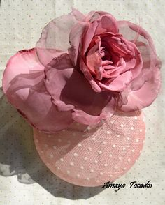 casquete de sinamay con plumeti y flor de organza