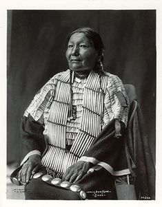 Calls her name-Sioux Native American Pictures, Native American Wisdom, Native American Regalia, Native American Beauty, Native American History, Native Indian, Indian Tribes, First Nations, Vintage Photos