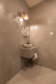 Murs, sol et meuble de salle de bain en #betoncire en teinte gris souris, #gris #salledebain #vasque #design #bathroom #mirror #meublesalledebain #meuble Marius Aurenti, House Goals, Bathroom, Hue, Master Bathroom Vanity, Walls, Washroom, Full Bath, Bath