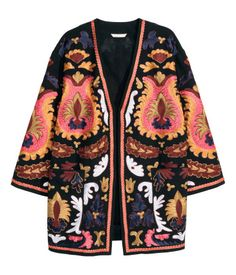 Kimono in cotton canvas with an embroidered pattern. 3/4-length sleeves, front pockets, and no buttons. Lined.