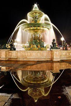 L'une des deux fontaines s'érigeant sur la Place de la Concorde à Paris. L'autre fontaine, qui lui fait face, se nomme la Fontaine des fleuves. 18mm - f/8 - 30s - ISO 100 Vu sur le forum photo de Bistro-Photo.