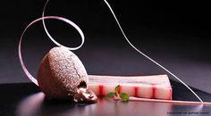 Torta Liquida al Cioccolato con Composta di Rabarbaro e Salsa al Punch