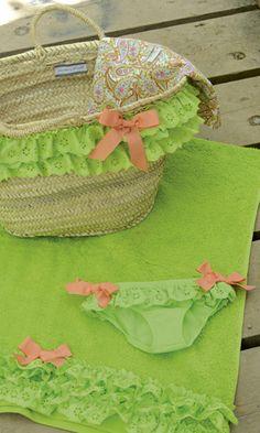 BRAGUITA, CESTO Y TOALLA TRIANA. Braguita de lycra, cesto y toalla verde triana. Braguita disponible de la talla 2 a la 8 años. Se venden por separado.