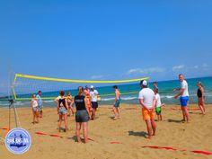 Actief op het strand van Kreta: Voor veel mensen is een perfecte zomerse dag in Griekenland niet compleet zonder zon, zee en strand. Maar dagen achtereen alleen maar een boek lezen en soms de zee inspringen, wordt wel een beetje saai. Hoogste tijd dus om actief op het strand bezig te zijn. Tijdens de zomervakantie