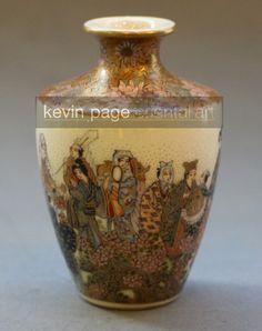 A miniature Japanese Satsuma vases decorated with Bijin signed Bizan (Japan)