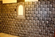 Tutorial on how to make faux castle walls. Could be done on card board or mural paper for decorating for medieval theme. Easy diy project for painting castle walls. Excellent instructions and pictures. Castle Rooms, Castle Wall, Castle Mural, Castle Backdrop, Don Mendo, Medieval Party, Stage Props, Dragon Party, Armor Of God