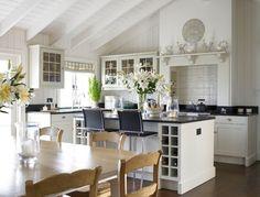 Dieser Kücheninsel verdoppelt die Trennwand zwischen der L weiß getünchte Küche mit grauen Arbeitsplatte und die hölzernen Essbereich geformt. Foto: Stephanie Mahnwesen Interior Design