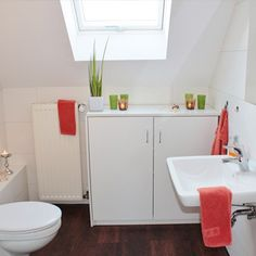 Having a tiny bathroom can be challenging to decorate. Below, will find some surefire tips on how to make your tiny bathroom look bigger! Budget Bathroom, Bathroom Cleaning, Bathroom Organization, Bathroom Ideas, Bathroom Inspiration, Bathroom Showers, Bathroom Trends, Toilet Cleaning, Bathroom Storage