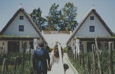 Pareja frente a dos barracas valencianas.#wedding #boda #valencia #barraca #fandi #love