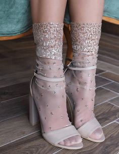 Cascading shimmer socks- Cascading Schimmer Socken Made of tulle and glitter -Handmade -Four colors available: pink, black, silver and gold -Two sizes available: and -Hand wash in cold water, flat to dry © 2018 LIRIKA MATOSHI INC. All rights reserved - Socks And Heels, Ankle Socks, Women's Heels, Knee Boots, Heeled Boots, Sheer Socks, Ugg Boots, Mode Shoes, Vintage Stil