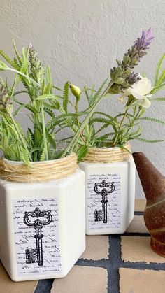 Diy Bottle, Stencils, Planter Pots, Recycling, Projects, Vintage, Instagram, Decorated Bottles, Recycle Bottles