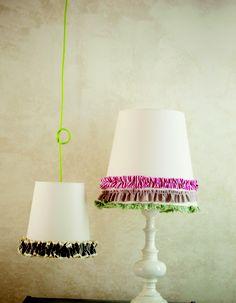 Περιοδικό Έτσι Απλά   Επιστροφή στα βολάν - decorating lampshades Projects To Try, Table Lamp, Diy, Home Decor, Table Lamps, Decoration Home, Bricolage, Room Decor, Do It Yourself