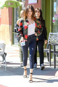Steal Selena Gomez's Style with these Affordable Options - selena gomez style steal fashion outfit summer style casual You are in the right place about edgy ou - Selena Gomez Fashion, Mode Selena Gomez, Selena Gomez Outfits Casual, Selena Gomez Style, Casual Summer Outfits, Selena Gomez Jeans, Selena Gomez Clothes, Celebrity Style Casual, Celebrity Outfits