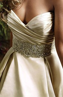 Love the waist and neckline!