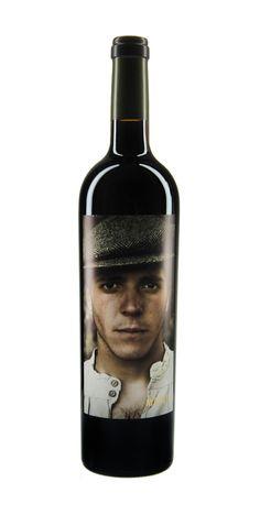 Bodega Matsu El Picaro - Verschiedene Portraits auf den Flaschen, aber von wem? Die Bilder wurden von den renommierten Fotografen Bela Adler und Salvador Fresneda gemacht, diebereits  für Unternehmen und weltweit bekannte Marken gearbeitet haben. Für die Fotos wurden nicht Modells ausgewählt, sondern Menschen, die auf dem Feld arbeiten, um so dem Weinbau Tribut zu zollen. Real!