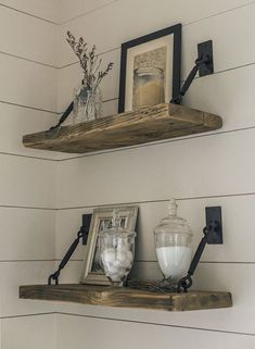 27 Rustikale Shiplap-Dekor-Ideen, um Ihrem Zuhause einen Landhausstil hinzuzufügen 27 Rustic Shiplap Decor Ideas to Add a Country Home to Your Home There's something about one that emits im Easy Home Decor, Home Decor Accessories, Farm House Living Room, Shelves, Floating Shelves, Rustic Furniture, Home Decor, Rustic Home Decor, Rustic House