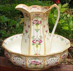 Exquisit 1800s Antique Pitcher & Water Basin